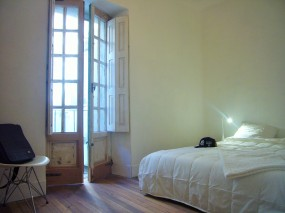 Double room with balcony and wooden floors