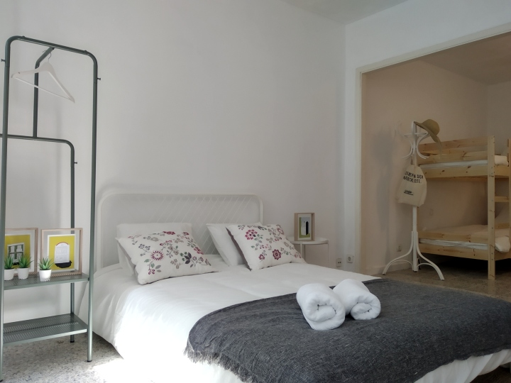 cama doble en habitacion familiar apartamento Slow City Hostel Pontevedra